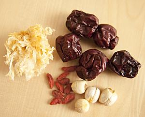 Zutaten: Silberne Ohren, Datteln, Goji-Früchte, Lotuskerne