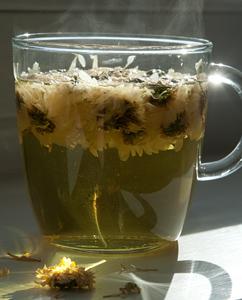 Chrysantemen-Tee aus getrockneten Blüten