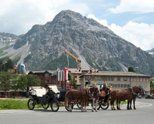Arosa: Pferdekutschen am Bahnhof