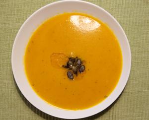 Kürbissuppe mit Leinöl und Kürbiskernen