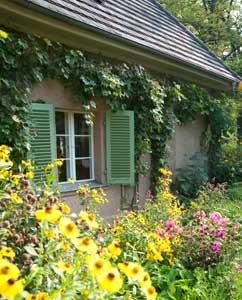 Blumenumranktes Gartenhäuschen