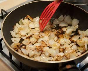 die Zwiebeln werden kräftig angebraten, mit Tomatenmark anschließend vermischt und ebenfalls in den Saftbrater gegeben