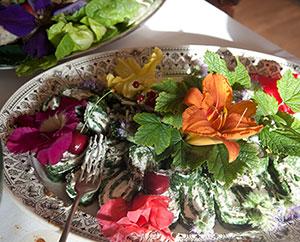 Wildblüten bei einem Hochzeitsessen