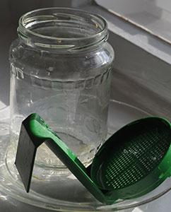 Leeres Glas mit Siebverschluss.