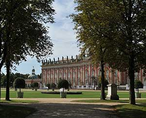 Neues Palais mit seinen dekorativen Lorbeerbäumchen.