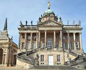 Das Neue Palais ist Museum und enthält auch einige von der Uni Potsdam genutzte Gebäude.