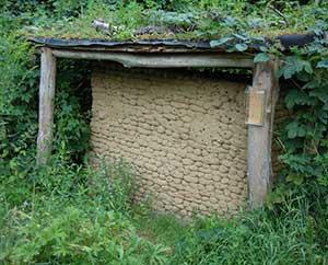 Lehmwand mit Löchern für Insektenwohnungen