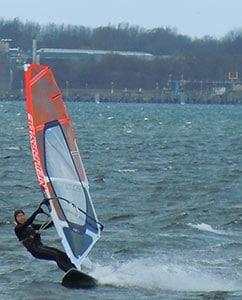 Sportliches Surfen auf der Förde