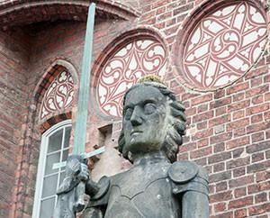 Roland mit Donnerwurz auf dem Kopf