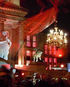 Blick aufs Konzerthaus mit Zeltspiegellungen