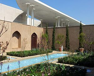 Ausstellung: Persischer Garten. Im Hintergrund