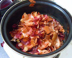 Zwiebelschalen werden in Wasser für längere Zeit gekocht