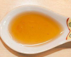 Ein Löffel gefüllt mit Sesamöl