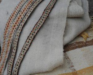 Gewebte Wolle und Bänder in Naturfarben